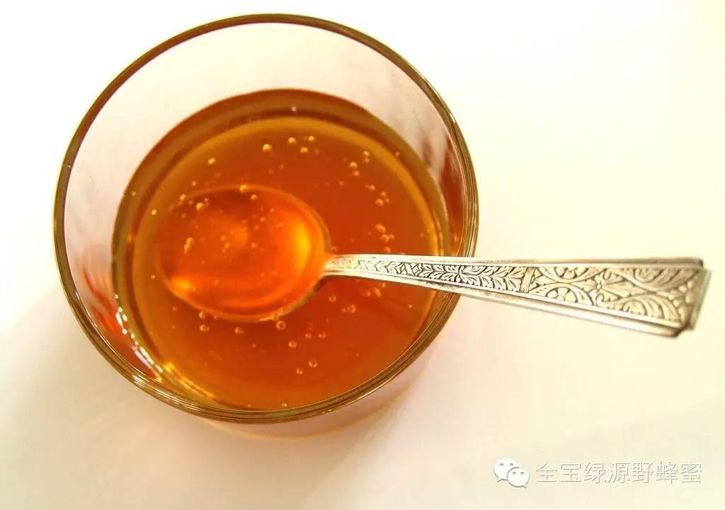 一瓶冷水马上辨出真假蜂蜜,快分享给需要的人