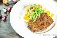 芥末蜂蜜土豆沙拉配煎牛排