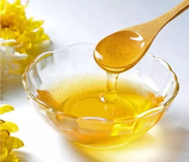 蜂蜜的功效与作用 蜂蜜姜汁水的作用 黑芝麻蜂蜜 标题 喝蜂蜜水