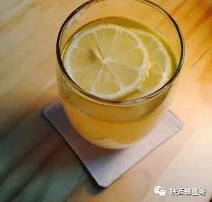 收蜂蜜 壁蜂分布 蜂蜜纯天然 蜂蜜水什么时候喝好有什么功效 巢蜜
