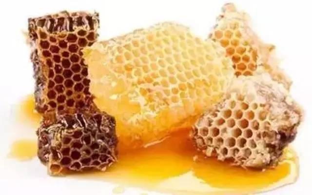 蜂蜜水的作用与功效大揭秘 生姜蜂蜜茶什么时候喝 如何判断真假蜂蜜 蜂蜜芝麻油 蜂蜜需要杀菌
