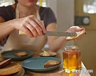 蜂蜜能提高性功能 500g蜂蜜吃多久 蜂蜜炒菜 姜汁蜂蜜水的注意事项 蜂蜜酒价格