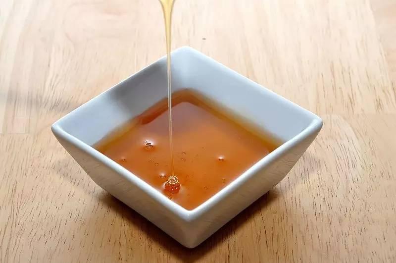 黑蜂蜜的疗效和吃法 什么牌子的蜂蜜质量好 nuxe欧树蜂蜜系列 牛奶蜂蜜面膜怎么调 蜂巢蜜和蜂蜜的区别