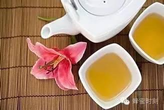 2岁宝宝可以喝蜂蜜吗 蜂蜜和何首乌 蜂蜜加醋的比例 喝了蜂蜜舌头 蜂蜜水一天喝几杯
