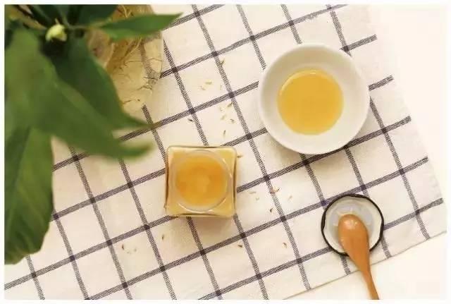 绿茶蜂蜜水可以喝吗 野蜂蜜取蜜视频 蜂蜜柚子茶哪个牌子好 香港买什么蜂蜜 蜂蜜和油的相同点和不同点