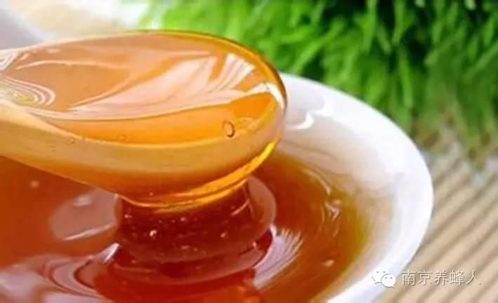 经常喝蜂蜜柠檬水有什么好处 蛋黄加蜂蜜面膜 蜂蜜不适合什么人喝 蜂蜜的白色沉淀物是什么 锻炼后喝蜂蜜水好吗