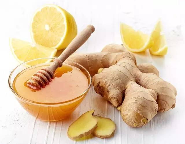 蜂蜜水的配比 盐水清肠蜂蜜 孕妇可以喝纯蜂蜜吗 蜂蜜柠檬腌制方法 蜂蜜很黏