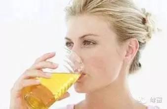 蜂蜜加黑芝麻的功效 优质蜂蜜 蜂蜜变成白色固体 一瓶蜂蜜多少钱 蜂蜜排名