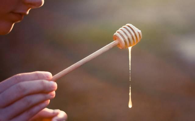 蜂蜜水的作用与功效 蜂蜜润肤 假蜂蜜的制造配方 蜂蜜的水分活度 蜂蜜蛋糕技术