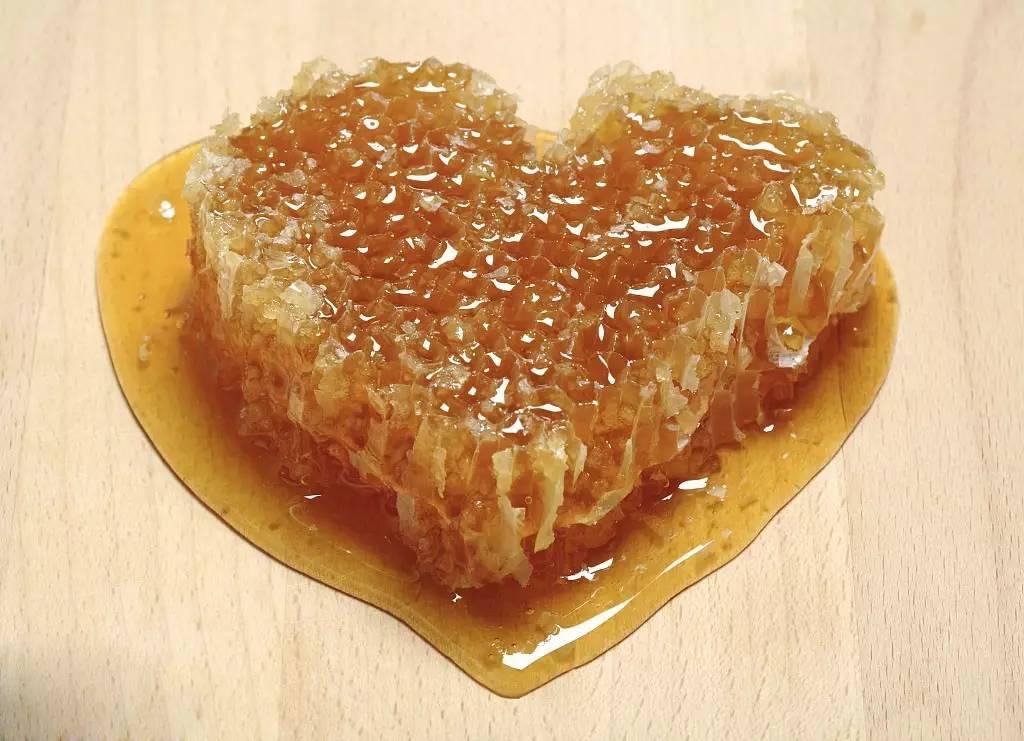 桑葚与蜂蜜 蜂蜜能中和胃酸吗 蜂蜜养胃的吗 蜂蜜对肠道 蜂蜜可以涂在脸上吗