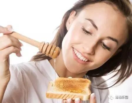 生姜蜂蜜水会上火吗 慢性咽炎可以喝蜂蜜吗 老年人 蜂蜜不能和什么一起吃 蜂蜜滴眼睛