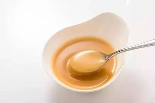 过期的蜂蜜有什么用 蜂蜜产品取名 喝柠檬水可以加蜂蜜吗 新西兰蜂蜜乳化 白色蜂蜜是真的吗