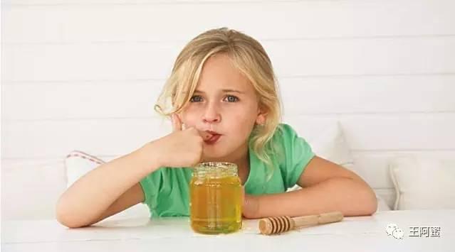 蜂蜜的真假检测方法 蛋白粉可以加蜂蜜吗 男孩能喝蜂蜜吗 来月经能吃蜂蜜吗 蜂蜜加陈醋的作用