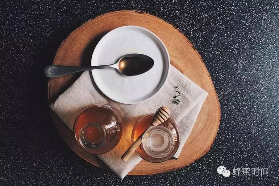 柠檬片泡蜂蜜 蜂蜜水和柠檬水 晚上能喝蜂蜜水吗 蜂蜜和葱一起吃了怎么办 吃蜂蜜会不会减肥
