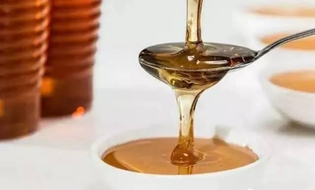 土蜂蜜特点 柠檬蜂蜜红茶一起喝 蜂蜜可以帮助戒酒吗 用蜂蜜灌肠 蜂蜜有发酵味
