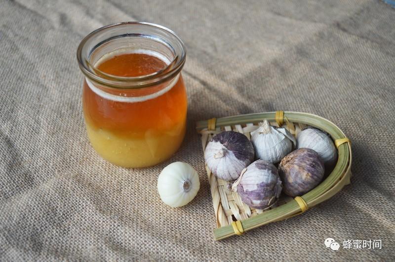 蜂王浆和蜂蜜治病 什么蜂蜜做面膜好 蜂蜜治拉肚子 青少年喝蜂蜜水好吗 蜂蜜蒸甘草片
