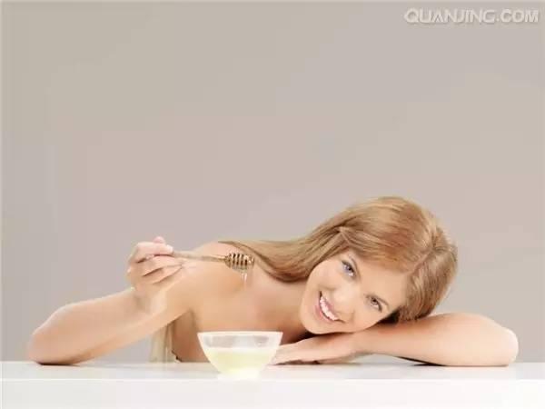 蛋黄加蜂蜜面膜 饭后喝蜂蜜减肥 中药与蜂蜜 喝蜂蜜柠檬水的好处 网上的蜂蜜是真的吗