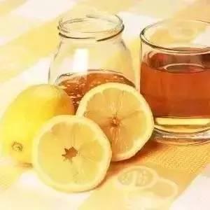 柠檬蜂蜜水什么时候喝减肥 油性皮肤用蜂蜜敷脸 蜂滋蜜洋槐蜂蜜 蜂蜜有细菌吗 蜂蜜水能解酒