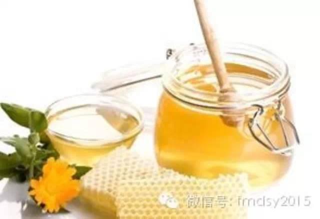 蜂蜜可以做什么点心 用蜂蜜做发糕 蜂蜜炒椰肉 蜂蜜柠檬白色 蜂蜜涂嘴唇后要洗吗
