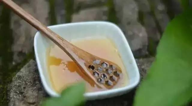 蜂蜜水的作用与功效大揭秘 夏天喝蜂蜜的好处 6岁孩子可以喝蜂蜜吗 蜂王浆蜂蜜膏 资生堂蜂蜜怎么样