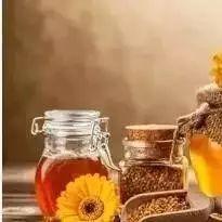 蜂蜡食用方法 做面包什么时候放蜂蜜 喝蜂蜜胃疼是怎么回事 蜂蜜和橘子能一起吃吗 天然蜂蜜水搽脸