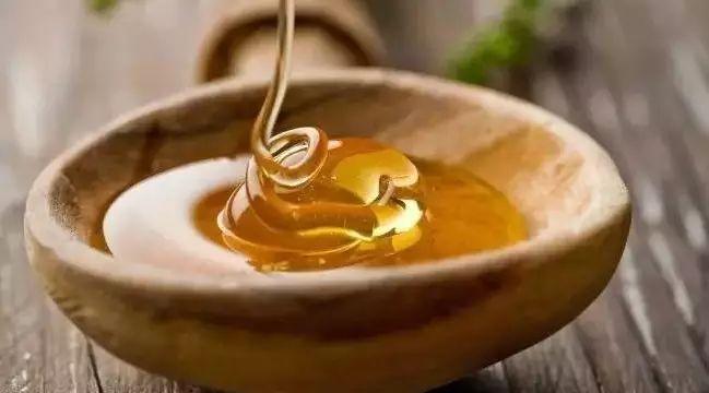 怎么检验蜂蜜 蜂蜜能做什么吃的 蜂蜜腌柠檬要去皮吗 山药加蜂蜜的功效 玫瑰蜂蜜茶怎么做