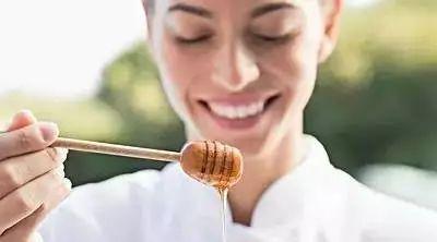 蜂蜜对婴儿的影响 长期吃蜂蜜对身体好吗 蜂蜜空腹 常喝柠檬蜂蜜水好吗 泰国蜂蜜