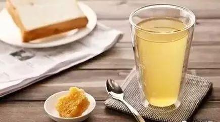 泡白酒柠檬蜂蜜功效 蜂蜜面膜怎么做 蜂蜜是怎样形成的 蜂蜜孕妇可以吃吗 干喝蜂蜜