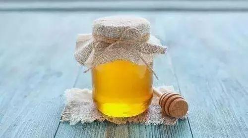 蜂蜜可以加热水吗 煎蜂蜜鸡翅做法 怀孕五个月可以喝洋槐蜂蜜吗 蜂蜜的美容作用与功效 罗非鱼吃蜂蜜吗