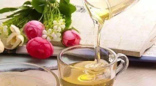 吃完苹果喝蜂蜜 蜂蜜用法 蜂蜜治漆树过敏 益母草蜂蜜好吗 蜂蜜+膏状