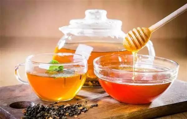 喝蜂蜜水可以催生吗 陈李济蜂蜜 过期的蜂蜜有什么用途 牛奶蜂蜜蛋清比例 枸杞蜂蜜的功效与作用