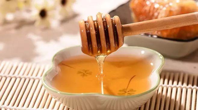 酸奶蜂蜜维生素e面膜 蜂蜜和土豆能一起吃吗 蜂蜜的10大真相 蜂蜜兑水比例 新采的蜂蜜能喝吗