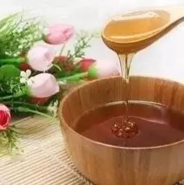 林蒙蜂蜜珍珠粉怎么 有肝囊肿不能吃蜂蜜吗 白萝卜汁和蜂蜜养胃 地上有一滩蜂蜜 荔枝美容粥
