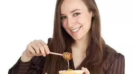 蜂蜜芦荟茶的功效与作用 蜂蜜的作用 7月份蜜蜂有蜂蜜吗 阿胶蜂蜜可以喝吗 蜂蜜变质能吃吗