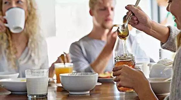 珀尚蜂蜜柚子水 藕粉能加蜂蜜吗 出水痘可以喝蜂蜜吗 蜂蜜是单糖还是多糖 柠檬泡蜂蜜可以保存多久