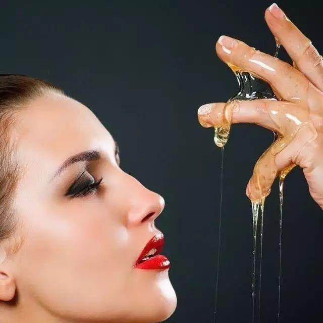 喝蜂蜜水可以吃鸡蛋 蜂蜜跟人参汤可以一起喝吗 蜂蜜柠檬水会上火吗 涂蜂蜜可以去黑眼圈吗 蜂蜜加花粉
