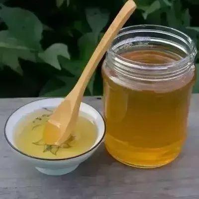 酒后喝蜂蜜姜粉水好吗 血糖高蜂蜜能不能吃 野生蜂蜜有毒吗 白茯苓和蜂蜜起吃吗 清水加蜂蜜洗脸美容吗