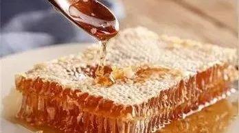 芦荟加蜂蜜有什么功效 蜂蜜水和盐水 蜂蜜花生米的做法 空腹喝蜂蜜 脸有伤口可以吃蜂蜜吗