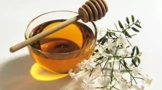 蜂蜜可以和玫瑰花一起喝吗 苹果蜂蜜面膜 蜂蜜洗脸的好处 玉米粒见蜂蜜变硬 蜂蜜能多喝吗