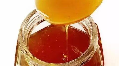 蜂蜜怎么白色的还有沙 蜂蜜和香油能一起喝吗 蜂蜜加面粉 我要卖蜂蜜 蜂蜜和醋面膜