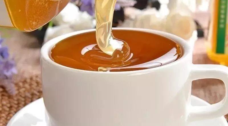蜂蜜有什么功效 蜂蜜有香味 蜂蜜柠檬的正确做法 为什么婴儿不能吃蜂蜜 开水蜂蜜