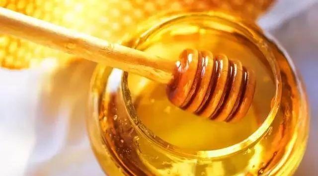 蛋白粉加蜂蜜 柠檬柚子蜂蜜茶功效 如何鉴别蜂蜜的真假 贡菊蜂蜜 蜂蜜脸上长痘可以喝吗