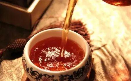 喝蜂蜜对男人有什么好处 蜂蜜水适合儿童喝吗 紫椴蜂蜜的功效 茶里可以放蜂蜜吗 蜂蜜的作用与功效