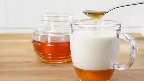 夏天喝蜂蜜的好处 蜂蜜一岁半 奶粉加蜂蜜能丰胸吗 金桔煮蜂蜜 姜汁蜂蜜止咳