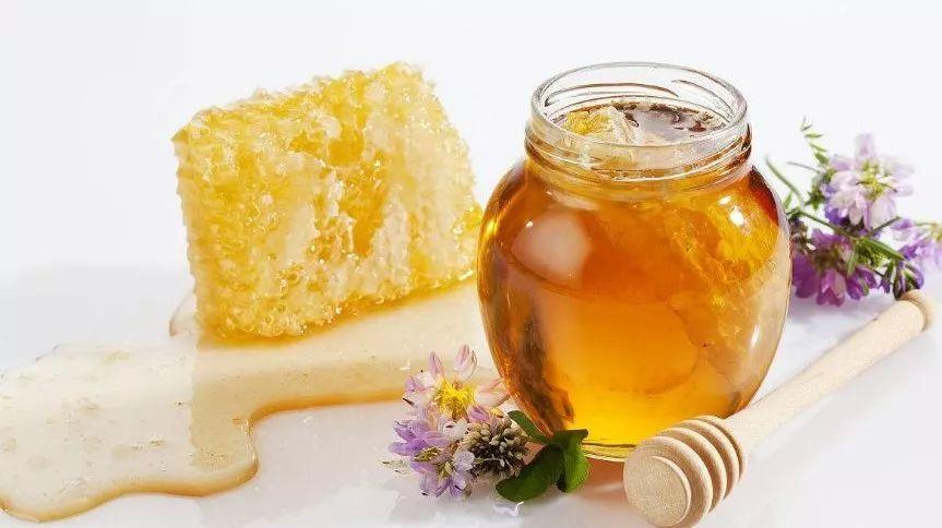 蜂蜜为什么有白色和黄色 蜂蜜是苦的还能吃吗 康维他蜂蜜软膏 麦卢卡蜂蜜润喉糖 合欢蜂蜜