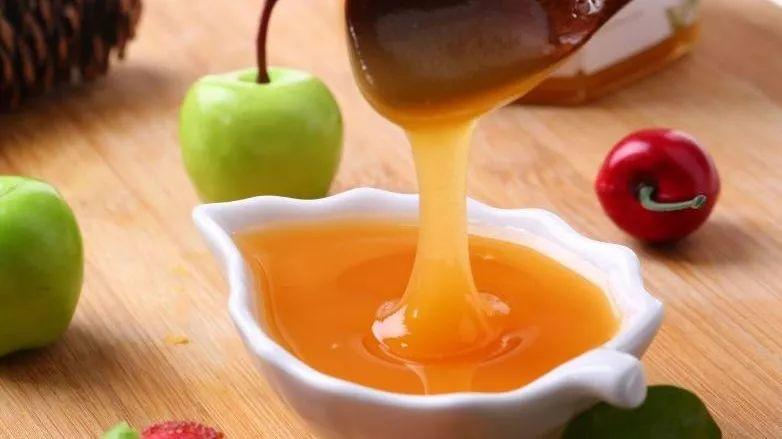 下火的蜂蜜 蜂蜜是热量的吗 菊花蜂蜜有什么好的 吃了鸡肉能喝蜂蜜吗 女性喝蜂蜜的坏处