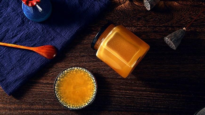 什么病不能喝蜂蜜 吃蜂蜜有什么好处 珍珠粉蜂蜜祛痘 喝蜂蜜水会胖吗 蜂蜜变深棕色