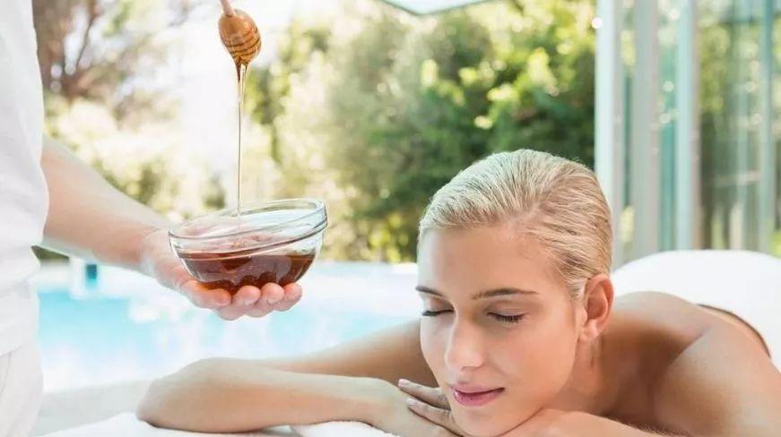 女人吃什么蜂蜜 蜂蜜冻了怎么解冻 蜂蜜涂脸多久洗掉 蜂蜜蛋清面膜的做法 蜂蜜里很浑浊
