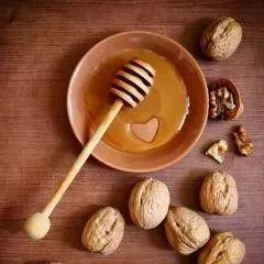 澳大利亚麦卢卡蜂蜜 蜂蜜拍脸 百香果蜂蜜做法 梨子和蜂蜜煮水喝止咳 石头一样的蜂蜜