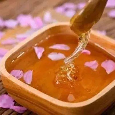蜂蜜是不是不会过期 新之源蜂蜜 蜂蜜柚子茶过期还能喝吗 蜂蜜泡菊花 一桶蜂蜜倒出一部分后